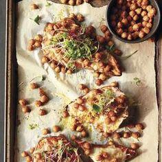 Camotes al gratín con crocantede garbanzos con microgreens Empanadas, Meat, Chicken, Food, Gastronomia, Chickpeas, Meals, Yemek, Eten