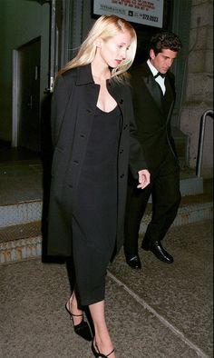 Carolyn Bessette-Kennedy's Timeless Style John Kennedy Jr, Carolyn Bessette Kennedy, Jfk Jr, Star Fashion, 90s Fashion, Fashion Outfits, Fashion Couple, Elegant Outfit, Classy Women
