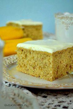 Proste ciasto z bananami, szybkie i smaczne! To ciasto można upiec na dwa sposoby. W sposobie pierwszym zapraszamy do pomocy dzieci – ciasto jest banalnie łatwe do przygotowania, więc maluchy mogą uczestniczyć w każdym etapie.