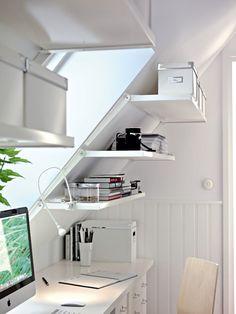 Office @ upstairsSlimme plankjes van IKEA voor aan een schuine wand