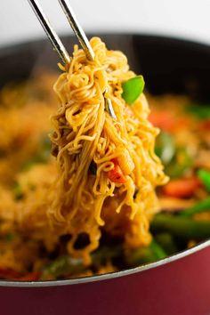 Easy Ramen Noodle Stir Fry Recipe – Build Your Bite - Vegan Asian Asian Noodle Recipes, Ramen Recipes, Stir Fry Recipes, Asian Recipes, Vegetarian Recipes, Chicken Recipes, Dinner Recipes, Cooking Recipes, Vegetarian Hash