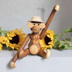 Klassisk liten apekatt i teak designet av Kay Bojesen føres av @rosendahlcph. Apen er en følgesvenn gjennom generasjoner. Den gjør seg godt på barnerommet eller gjerne som dekor i en voksen bokhylle. Apekatten har et skøyeraktig uttrykk og en hvit mage satt sammen av teak og limbatre. Sommerhatt ikke inkludert. #gjørnoenglad #kaybojesen #unikehjem Monkey, Teddy Bear, Christmas Ornaments, Toys, Holiday Decor, Animals, Instagram, Design, Home Decor