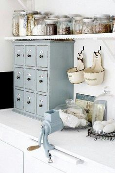 3 Nice Clever Ideas: Modern Vintage Home Decor Country vintage home decor turquoise shabby chic.Vintage Home Decor Shabby Cabinets modern vintage home decor industrial loft.Vintage Home Decor Romantic Country Style. Vintage Kitchen Decor, Shabby Chic Kitchen, Shabby Chic Homes, Country Kitchen, French Kitchen, Decoration Shabby, Shabby Chic Decor, Cozinha Shabby Chic, Küchen Design