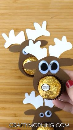 Kids christmas - Make some adorable little ferrero rocher chocolate reindeer treats for your friends and family! They are so easy and they will LOVE them! Christmas treat gift idea Cute reindeer craft art project for Chocolat Ferrero Rocher, Ferrero Rocher Chocolates, Christmas Treats For Gifts, Holiday Crafts, Diy Christmas Gifts Videos, Easy Christmas Cards, Christmas Crafts For Kids To Make At School, Christmas Candy Crafts, Christmas Decorations For Kids