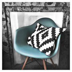 """Touche de couleur dans notre chambre avec mon nouveau fauteuil @happy.connection (bénéficiez de -10% avec le code """"JULIETTE10"""" sur les chaises et fauteuils, hors pack) #happyconnection"""