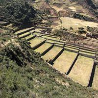 Complejo Arqueológico de Tipón  Según las leyendas, fue uno de los jardines reales que construyó Wiracocha. Conformado por doce terrazas, muros de piedra perfectamente pulidos y enormes andenes, canales y caídas de agua ornamentales que, con la flora del lugar, constituyen un impresionante paisaje. El sitio está compuesto por diferentes sectores: Tipón, dicho, Intiwatana, Pukutuyuj y Pucará, Cruz Moqo, el cementerio de Pitopujio, Hatun Wayq´o, entre otros. (45 minutos en auto),Cusco-Puno.