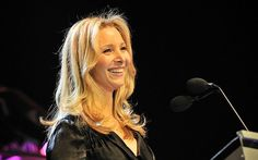 It seems everybody's got something to say about Lisa Kudrow's nose job. No, the beloved Friends actress hasn't recently gone under the knife, this bit of plastic surgery dates back to her teenage years. Hiding Pregnancy, Under The Knife, Pregnancy Health, Teenage Years, Celebs, Celebrities, Plastic Surgery, Famous People, Lisa