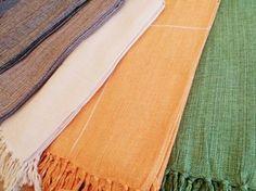 Mantas para cama e sofá feitas em 100% algodão e acabadas manualmente com franjas. Lindas. Confira preços e medidas em nossa loja virtual.