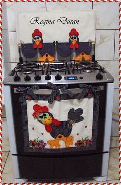 Panô de fogão Very cute roster for front of stove Easy Sewing Projects, Sewing Crafts, Projects To Try, Kitchen Towels, Kitchen Decor, Kitchen Craft, Hobbies And Crafts, Diy And Crafts, Cow Craft