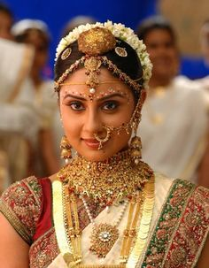 What is Solah Shringaar / 16 Shringaar ? Solah Shringar is a hindi South Indian Sarees, South Indian Bride, South Indian Actress, Indian Bridal Outfits, Indian Wedding Hairstyles, Indian Eye Makeup, Indiana, Color Del Pelo, Costumes