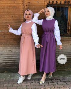 L'image contient peut-être: 2 personnes, personnes debout Modern Hijab Fashion, Modest Fashion, Fashion Dresses, Hijab Dress, Hijab Outfit, Muslim Girls, Muslim Women, Simple Hijab, Floral Chiffon Dress
