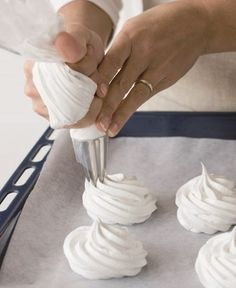 Italian meringue is a versatile dessert, often used as frosting for cakes and pies. However, this light and airy dessert can also be used for mousse, parfaits and much more! Italian Cookies, Italian Desserts, Food Cakes, Cupcake Cakes, Cookie Recipes, Dessert Recipes, Biscotti Cookies, Cake & Co, Pavlova