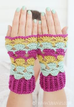 pretty wrist warmer pattern::: could be adapted to fingerless mittens fairly easily.