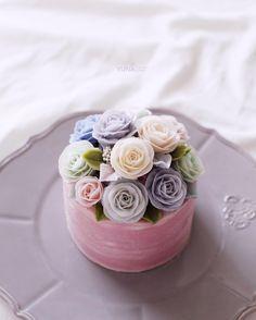 Repost yunaflower_cake    Buttercream flower Cake&Class  Done by me   Class  www.yunaflowercake.com  Line : yunaflower2  Whatsapp : +821081219879  Email: yunaflower2@naver.com