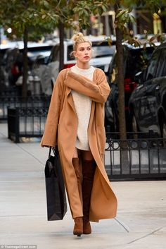 So chic:The 5′ 7″ model looked every inch the perfect supermodel as she donned a pair of ...