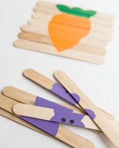 Rolig idé med glasspinnar! Gör ett eget pussel. Använd exempelvis pepparkaksformar och rita av för fina figurer.   Bild från Pinterest.