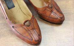 1970s brown leather pumps / by PaintYourWagonShop