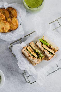 Prepara este increíble sandwich con pan de masa madre, aguacate, champiñones asados, espinaca y este delicioso y fácil dip de coliflor que va a elevar su nivel.  #sandwich #sandwichvegetariano #recetasvegetarianas #recetassaludables #pandemasamadre Cheddar, Sandwiches, Food, Vegetarian, Vegetarian Recipes, Healthy Recipes, Leaf Vegetable, Lunches, Dinners