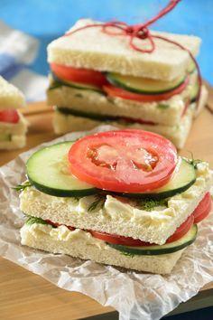 Estos ricos sandwichitos con queso y pepino son ideales para cualquier hora del día, lo mejor es que son un snack muy fresco y se preparan en unos minutos. Son una opción muy saludable para tus hijos, no puedes de dejar de probar los sandwichitos de pepino con eneldo.