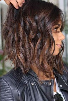 Idées et Tendances coupe courte 2017 Image Description Highlighted hair is really glamorous whether it is ombre, sombre, or balayage. We have collected ideas of brunette hair with highlights. Bob Hairstyles 2018, Inverted Bob Hairstyles, Short Hairstyles For Women, Cool Hairstyles, Popular Hairstyles, Hairstyles Pictures, Long Haircuts, Layered Haircuts, Hairstyle Ideas
