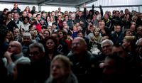 Boze burgers roeren zich tijdens een bewonersbijeenkomst in de Rotterdamse wijk IJsselmonde over de komst van een tijdelijk asielzoekerscentrum. Lang niet alle aanwezigen zouden uit de wijk zelf komen. De extreemrechtse beweging NVU zegt dat ze hun leden dergelijke bijeenkomsten laat bezoeken.