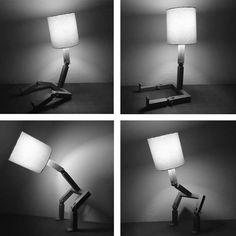 Luminária Bonequinho Pinóquio Multi-função feita de Madeira de Lei Imbuia ela é descolada e diferente podendo ficar em diversas posições como sentado, em pé ou apoiando objetos para sua decoração. <br> <br>Aceita qualquer tipo de lâmpada. <br>Lâmpada não acompanha luminária.