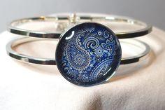 Bracelet motifs cachemire bleu et blanc métal argenté cabochon verre fait main : Bracelet par delicath