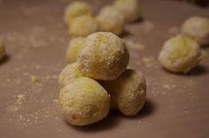 Goda citrontryffel med mycket smak av vit choklad. Perfekt avbryt mot allt chokladigt och sött på godisbordet i jul. Det går självklart b... Potatoes, Vegetables, Food, Potato, Essen, Vegetable Recipes, Meals, Yemek, Veggies