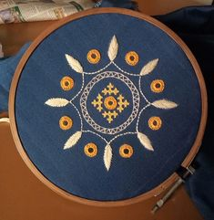 Handmade Embroidery Designs, Hand Embroidery Patterns Flowers, Hand Embroidery Videos, Hand Embroidery Tutorial, Hand Work Embroidery, Embroidery Flowers Pattern, Simple Embroidery, Hand Embroidery Stitches, Embroidery Techniques