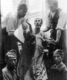 Milicianos murcianos, en plena guerra civil, c. 1936, siguei8ndo ordenes de la  Junta de Protección del Patrimonio, llevan al Nazareno de Lorquí, de Salzillo, seguramente a la Catedral de Murcia, para salvaguarda frente a sus compañeros más iconoclastas.