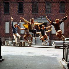 Mis en scène par Laurents et Berstein à la fin des années 50 à Broadway et transposé au cinéma en 1961 par Robert Wise, West Side Story, adaptation moderne de Roméo et Juliette, se construit sur un paradoxe. Ce film est à la fois le fossoyeur de la comédie...
