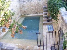Got a small backyard? Make a small pool that fits the size and dimensions of your backyard and cool. Small Swimming Pools, Small Pools, Swimming Pool Designs, Backyard Ideas For Small Yards, Small Backyard Pools, Backyard Patio, Mini Piscina, Piscina Interior, Courtyard Pool