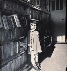 Annelies Marie Frank Hollander, conocida en español como Ana Frank fue una niña judía alemana, mundialmente conocida gracias al Diario de Ana Frank, la edición en forma de libro de su diario íntimo, donde dejó constancia de los casi dos años y medio que pasó ocultándose, con su familia y cuatro personas más, de los nazis en Ámsterdam (Países Bajos) durante la Segunda Guerra Mundial. Su familia fue capturada y llevada a distintos campos de concentración alemanes.