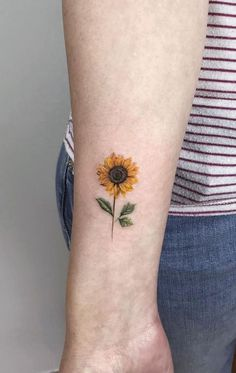 Are you looking for a classy and beautiful sunflower tattoo with a deep meaning? You should definitely consider getting one of these designs🌻🌻 Tattoo Simple Sunflower Tattoo Designs To Carry Your Favorite Flower On Your Skin Sunflower Tattoo Sleeve, Sunflower Tattoo Shoulder, Sunflower Tattoo Small, Small Flower Tattoos, Cool Small Tattoos, Sunflower Tattoos, Sunflower Tattoo Design, Tattoo Flowers, Watercolor Sunflower Tattoo