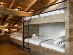 chambre-a-coucher-en-bois-massif-sol-en-bois-lit-en-bois-massif-chalet-habitable-en-bois