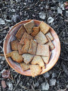 Založili jste si kvásek, ale času na pečení najednou tolik nemáte. Staráte se však o něj dobře, pořád poctivě přikrmujete a kvásek se množí a množí geometrickou řadou. Co s ním? Vyhodit ho by byla … Croissants, How To Make Bread, Crackers, Food And Drink, Low Carb, Cookies, Kitchen, Petra, Hampers