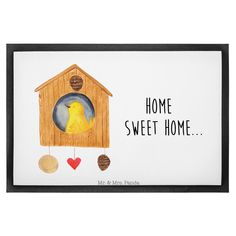 60 x 90 Fußmatte Vogelhaus sweet Home aus Velour  Schwarz - Das Original von Mr. & Mrs. Panda.  Die wunderschönen Fussmatten von Mr. & Mrs. Panda sind etwas ganz besonderes. Alle Motive werden von uns entworfen und jede Fussmatte wird von uns in unserer Manufaktur selbst bedruckt und liebevoll an euch verschickt. Die Grösse der Fussmatte beträgt 60cm x 90 cm.    Über unser Motiv Vogelhaus sweet Home  Der kleine Vogel ist mächtig stolz auf sein Vogelhäuschen. Das ist aber auch eine…