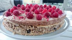 Foto: Sara B. Hansen. E n lækker glutenfri kage med en skøn nøddebund, chokolademousse og hindbær på toppen. Ser smuk ud og den lækre...