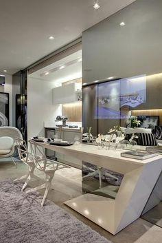 A mesa de design arrojado é prática e incrementa o visual do apartamento de 35 m², desenhado por Fernanda Marques para a Smart Décor. Telefone: (0xx11) 3848-3456.  Foto: Divulgação