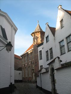 Sinds 1998 behoort het Begijnhof van Kortrijk tot het UNESCO werelderfgoed. Het Begijnhof dateert al van de 13de eeuw.