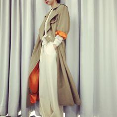 オーバーサイズのトレンチコートは、動くたびに覗くサテンのオレンジカラーが華やかさをプラスします。 FUMIKA_UCHIDA GABA SATIN TRENCH COAT color…khaki beige size…34,36 ¥130,000+tax