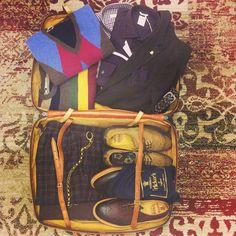 Se state pensando a dove andare per Natale, bisogna pensare anche a cosa mettere in valigia per non dimenticare lo stile! Giacca monopetto #tagliatore, camicie #thesartorialist e #carrel, pullover #andreafenzi, pantaloni #pantman, cintura #andreadamico, catena #Tagliatore, calze @alteamilano e derby #trickers. Visitate il sito www.chiricostore.it #chiricouomo #chiricostore #menstyle #luggage #travel #leather #dandy @trickers