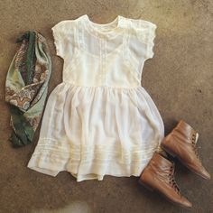 White baby doll dress with perfect accessories for a light and beautiful day.