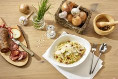 PASTA CREMA CON CHORIZO | Würzige Chorizo und Zwiebeln in Sahnesauce mit Grana Padano D.O.P., dazu frischer Schnittlauch.