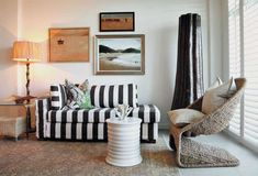 Sofá Listrado, Cadeira, Quadros e Luminária