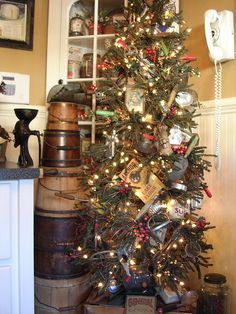 Corner cabinet and Primitive Christmas tree - baking theme Primitive Christmas Decorating, Primitive Country Christmas, Country Christmas Trees, Christmas Tree Garland, Prim Christmas, Christmas Tree Themes, Christmas Kitchen, Christmas Past, Christmas Holidays