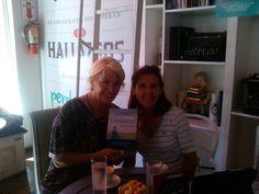 Con Alicia Baldasarre en Letras con Café, disfrutando de un buen libro, Tierra en Sombras de Camucha Escobar.