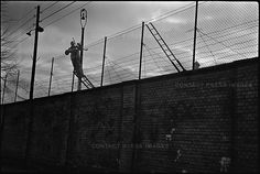 Bau der Berliner Mauer, November 1961 © Don McCullin / Contac … - Zaun Reportage Photography, War Photography, Street Photography, West Berlin, Berlin Wall, Cold War, Photojournalism, Armed Forces, Case Study