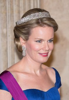 Royaler jewelry: At a state banquet in March 2014 Queen Matilda wears the same delicate bandeau in her hair, which she had in 2013 posed for their first official photo as queen.  The Bandeau is the lower part of a tiara, which includes an essay with jagged peaks of diamonds.  Both comes in its original somewhat different form from the 1920s and was for Princess Astrid of Sweden to her wedding with King Leopold III.  designed by jeweler Van Bever Belgium from.