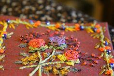 le vol au vent violet pour les clochettes ( en point de ruban), le Panaché vert pour les feuilles (au point de ruban), un peu de chenille...